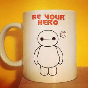 "alt=""mug-vinile-baymax-big-hero-6-be-your-hero"""