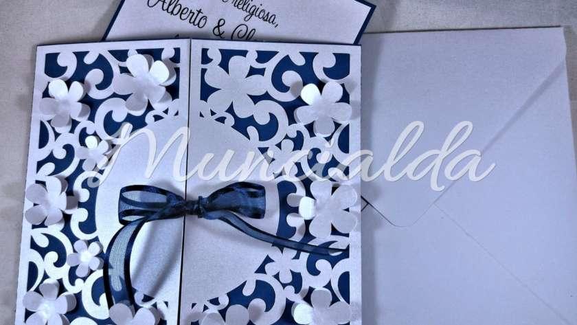 Inviti per matrimonio: blu e bianco perlato